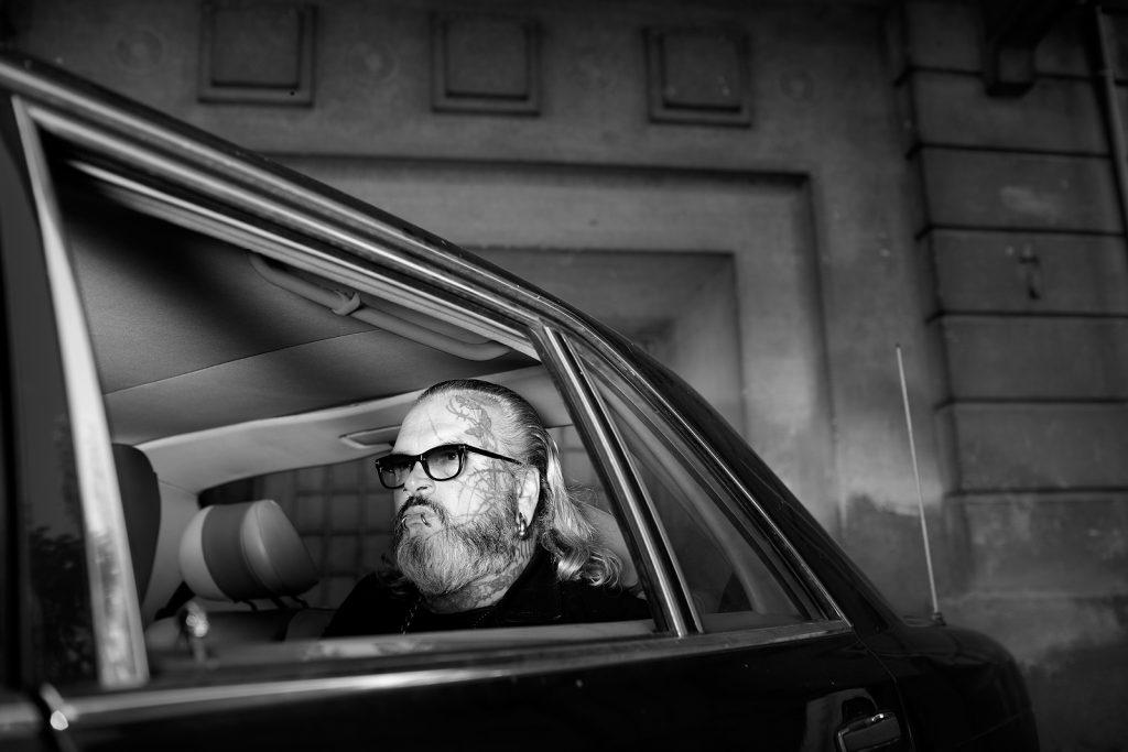 """Der Türsteher und Künstler, Sven Marquardt sitz in einer alten S Klasse vor dem Club """"Berghain"""", Berlin Friedrichshain, Okt. 2013"""