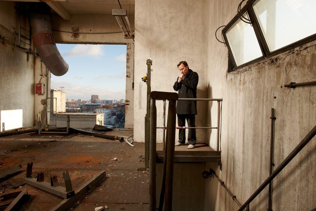 Der Architekt, Arno Brandlhuber im obersten Stockwerk eines stillgelegten Förderturms auf dem Vulkangelände in Berlin Lichtenberg, Dez. 2012