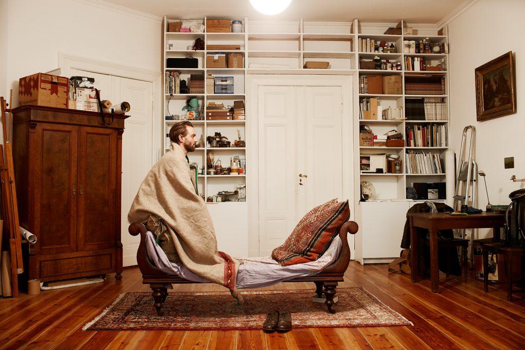 Der Künstler, Martin Skauen in seiner Wohnung, Berlin Prenzlauer Berg, Dez. 2013
