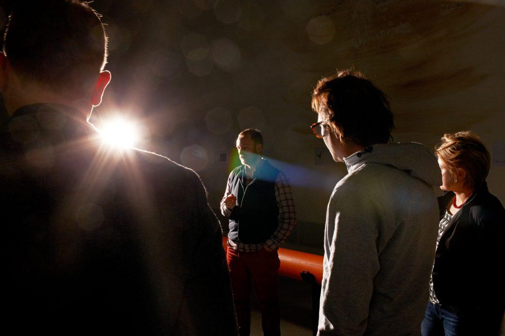 """Der Künstler, Tue Greenfort, in der Berlinischen Galerie während einer Führung durch seine Ausstellung, """"Gasag"""" Kunstpreis. Berlin, Jan. 2013"""
