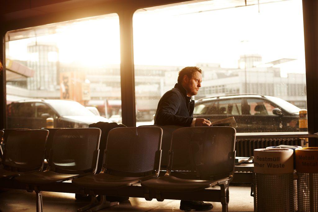 Prof. Olaf Nicolai wartet auf seinen Flug nach München am Berliner Flughafen Tegel; Jan.2013