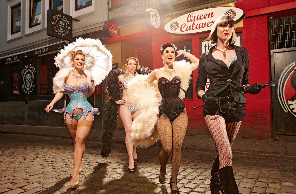 Bourlesque Tänzerinnen vor dem Club Calavera in Hamburg, mit Clubbesitzerin, vorne in Schwarz, März 2012
