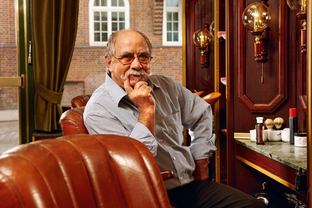 friseur franz stenzel in seinem salon harry, hamburg im märz 2012